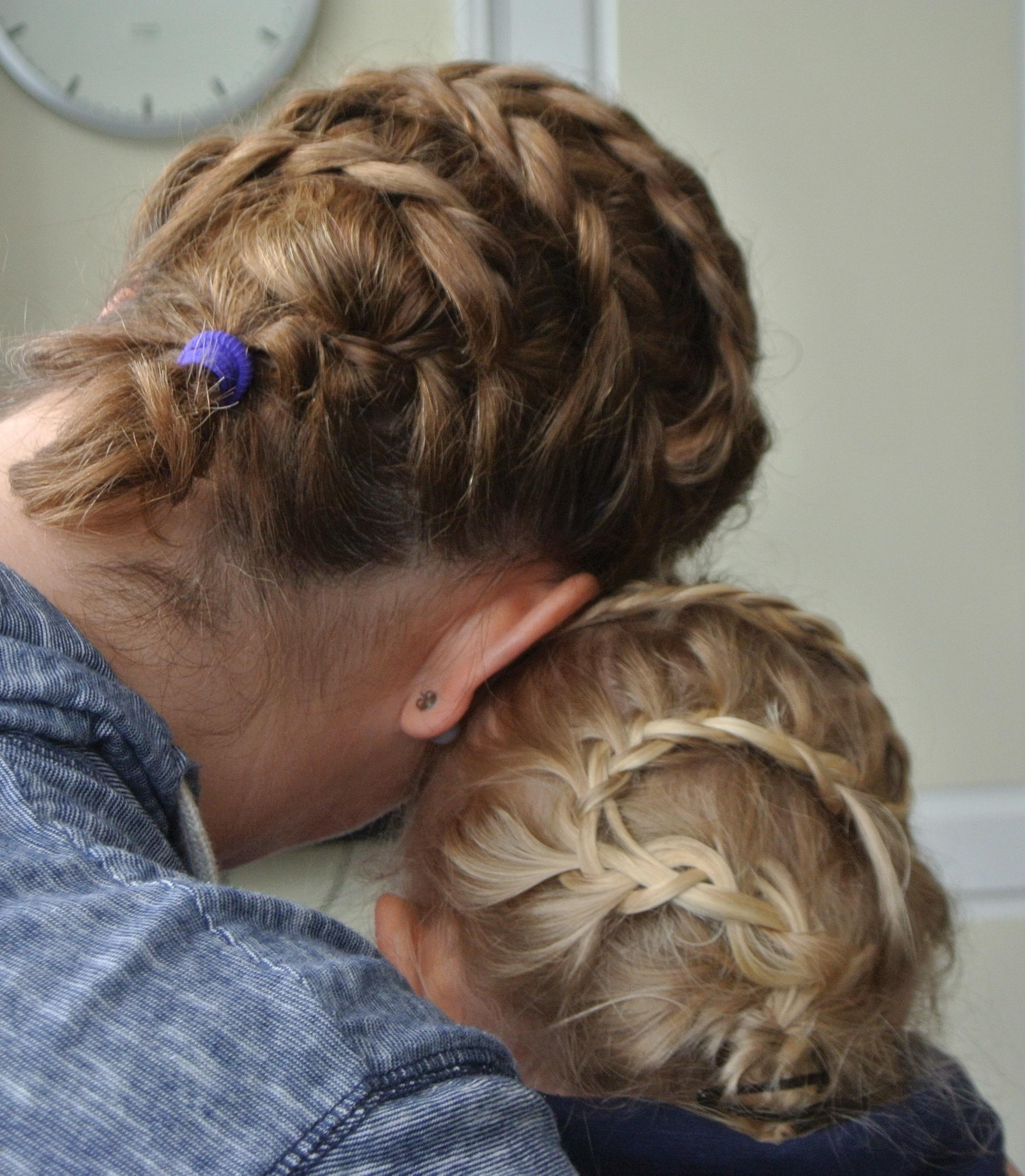 Flechtfrisur Mama und Tochter
