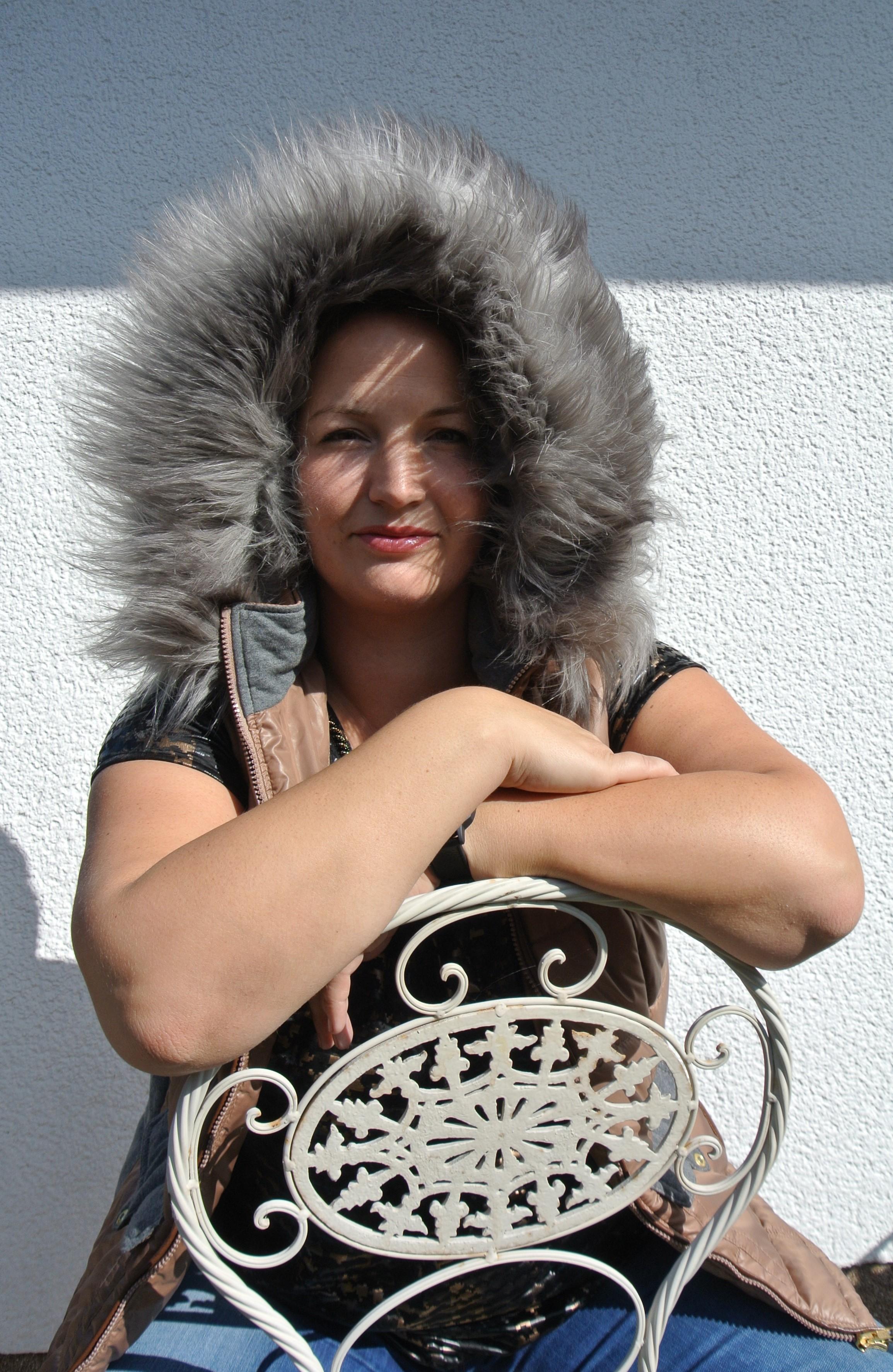 Weste mit Fellkapuze gegen Kälteeinbruch
