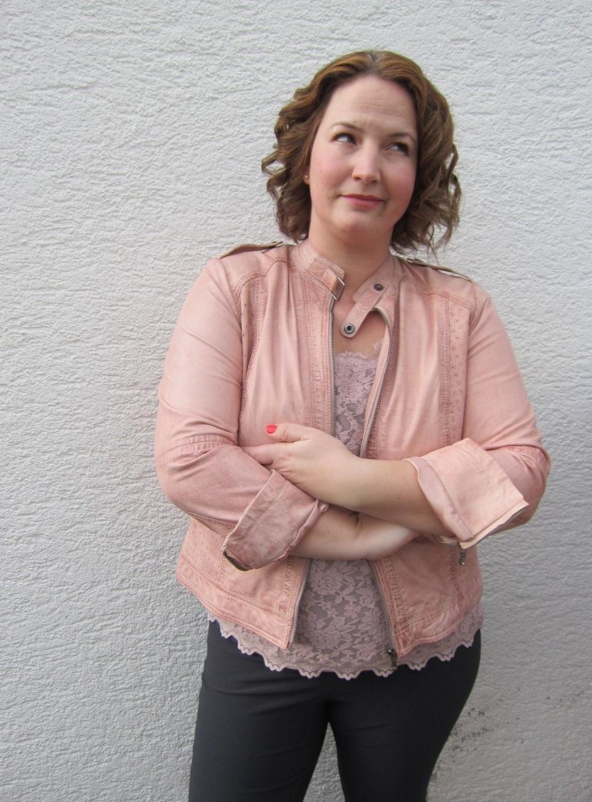 German Curves Frühlingserwachen rosa Lederjacke